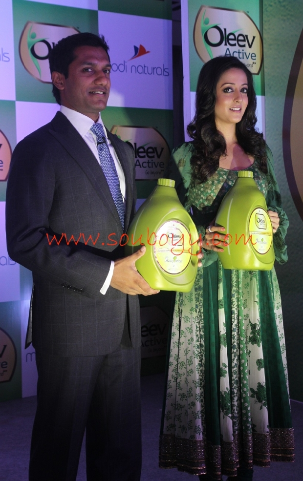 akshay modi with raima sen at oleeve active launch at hhi